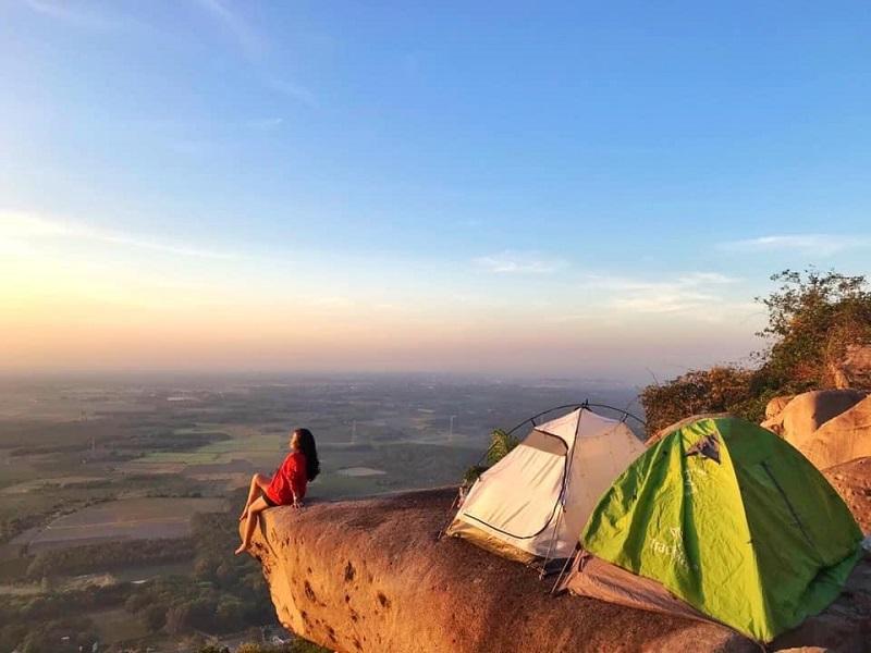 Chuẩn bị lều cắm trại khi đi leo núi Bà Đen