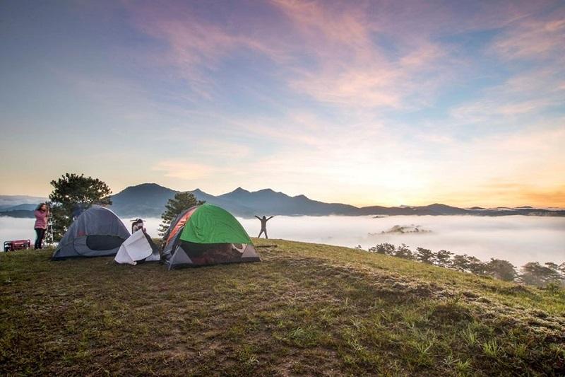 Cắm trại trên đỉnh núi ngắm khung cảnh hùng vĩ