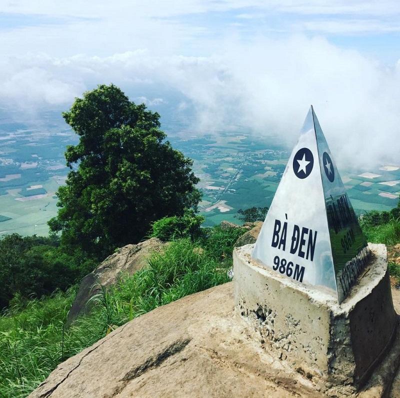Trên đỉnh núi Bà Đen hùng vĩ