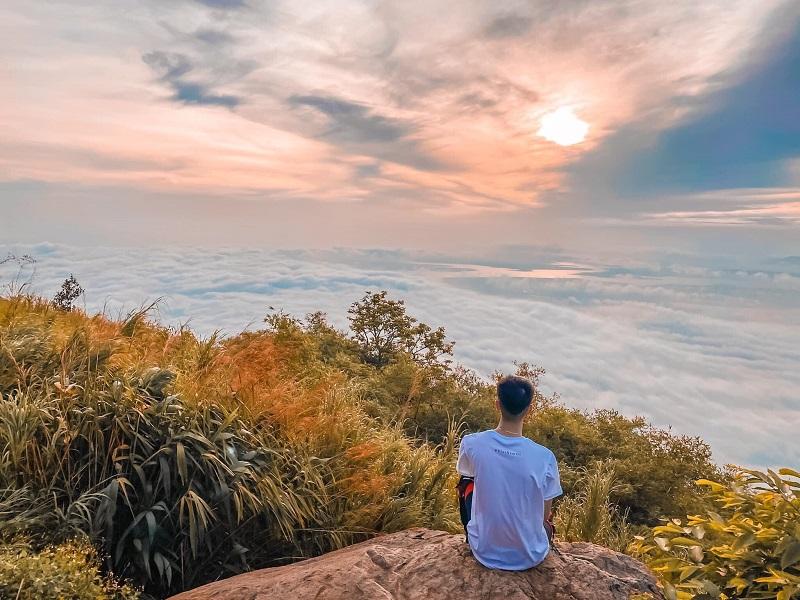 Khung cảnh bao phủ mây mù trên đỉnh núi đá