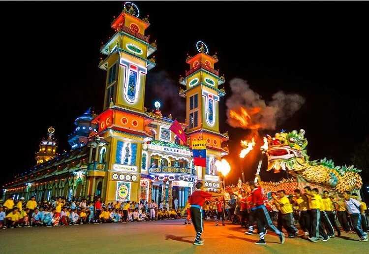 Tòa thánh Tây Ninh rực rỡ vào buổi tối
