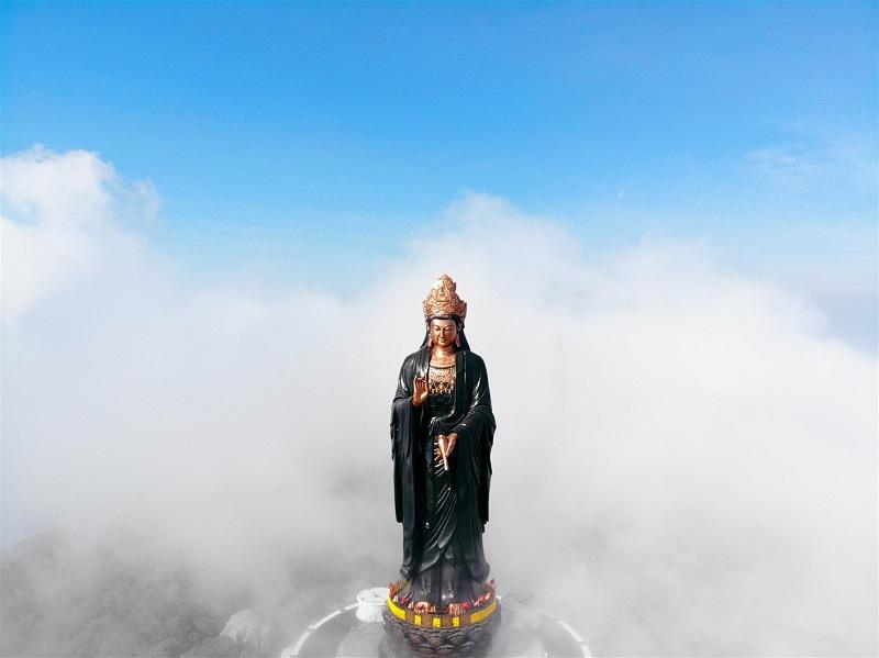 Tượng phật Bà trên đỉnh núi Bà Đen